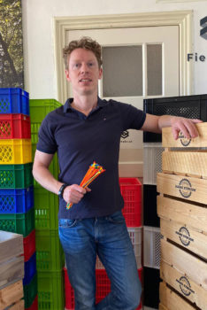 Maarten Mulder met voorraad fietskratten